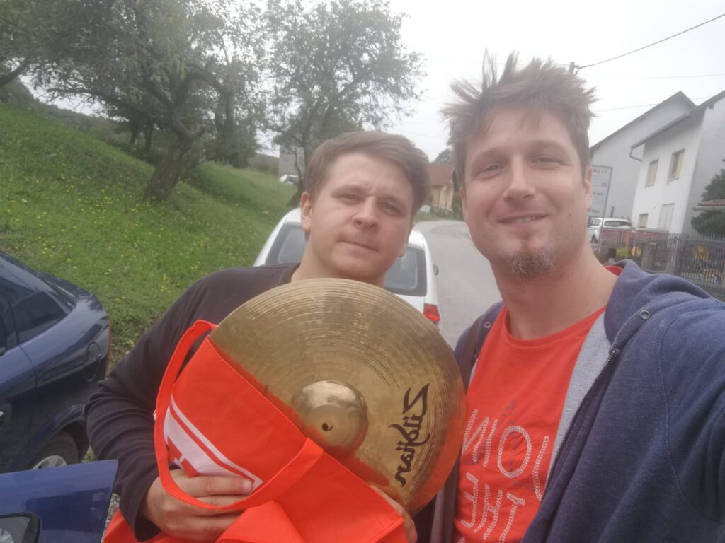Kad bubnjari pomažu