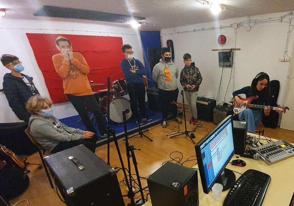 Gitaristi iz Dugava posjetili glazbeni studio